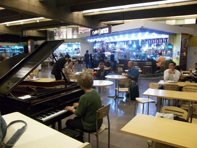 pianistinbusbahnhofsp.JPG