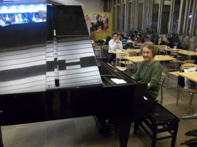 pianistinbusbahnhofsp2.JPG