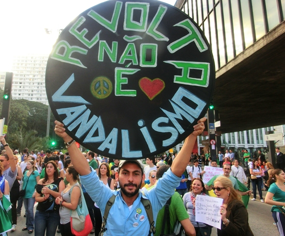 protesterevoltevandalismus1.jpg